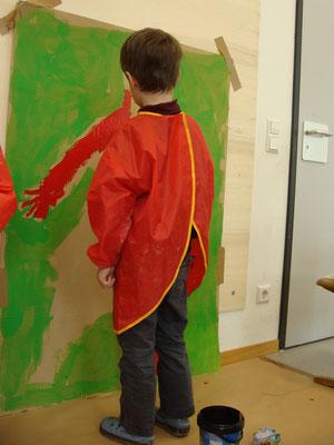 Hier entstehen in einer Kindergarten-Kooperation lebensgroße Körperbilder. Spannend!