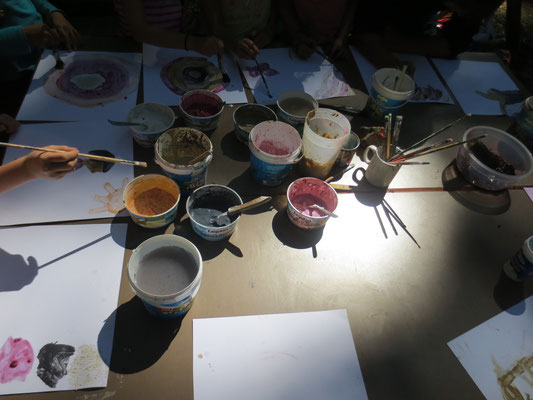 Wir stellen Naturfarben her und experimentieren mit Brombeeren, Vogelbeeren, Kohle, Lehm,...
