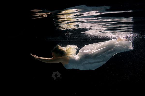 Unterwasser mit dem Brautkleid
