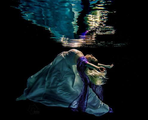 Das Hochzeitskleid schimmert herrlich bläulich Unterwasser