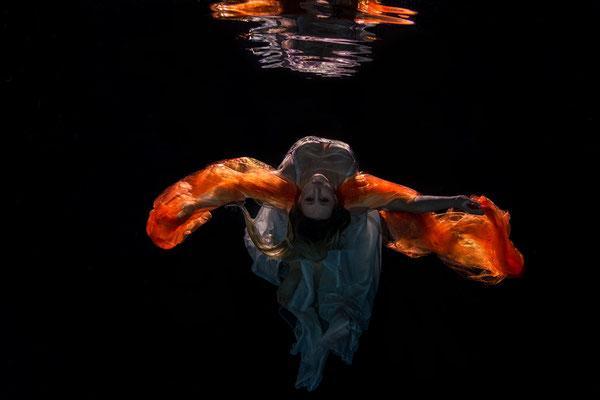 Die Farben des orangenen Schals kommen mit diesem Lichtsetup beim Unterwassershooting so richtig zur Geltung