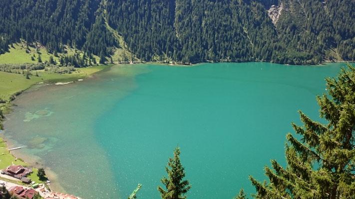 Tiefer kristallklarer See im Tannheimer Tal. Erkenne deine Schöpferkraft. Mit Augentraining kannst du ohne Brille bis ins hohe Alter das Wunder der Natur erblicken.