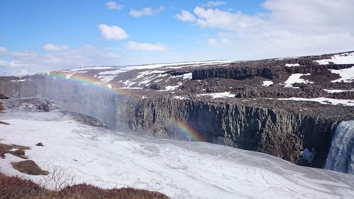 Wundervoller Regenbogen in Island. Traumlandschaft, Natur pur, volle Energie, High Energy mit höchster Schwingung und Transformationsenergie