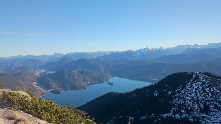 Jachenau - Blick zum Walchensee. Was ist deine Vision vom Leben? Kannst du sie präsent im Augenblick sehen? Welche Ziele, Wünsche und Träume hast du?