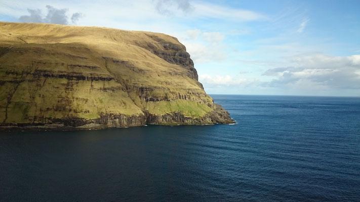 Fels in der Brandung, Färöer Inseln, Island. Traumhafte Landschaften, stürmische See, ursprünglich, wild und gleichzeitig Stille, Ruhe
