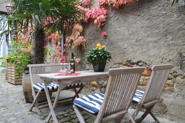 Fereinwohnung mit mediteranen Außenbereich hinterm Haus.