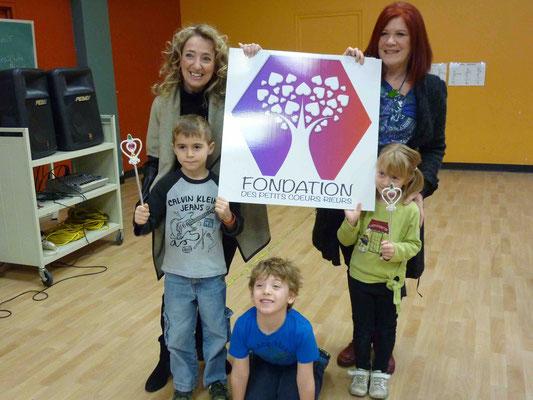 Des enfants fiers de participer au programme Les Petits Coeurs Rieurs.