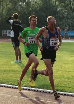 Jonas Sandner überrascht mit 10:54,89min. Im Bild mit Lauflegende Walter Rentsch.