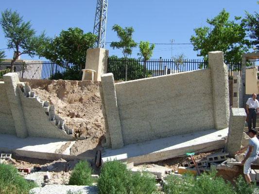 Otra vista de la rotura del muro de bloque