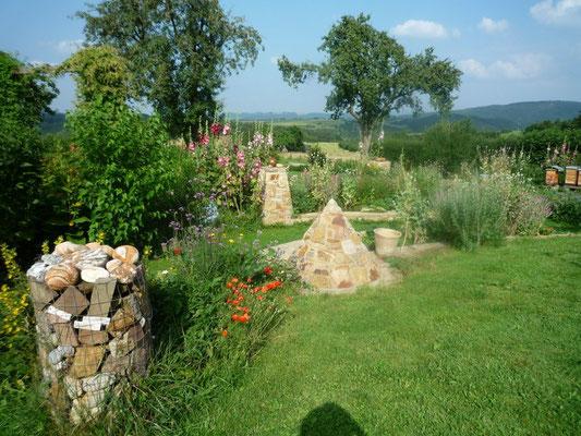 Gartengestaltung Kegel und Säulen, Bruchstein