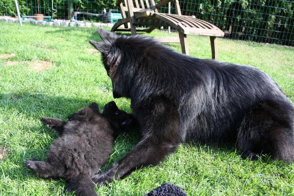 Cira spielt mit Baby