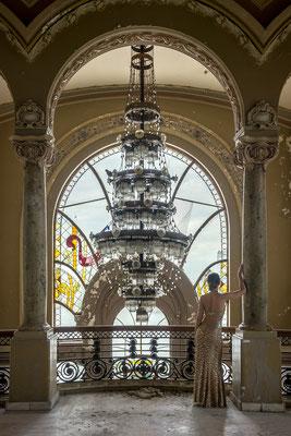 Dressed in gold (Casino Constanta) te zien bij Kunsthuys