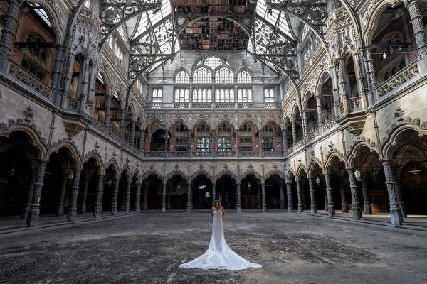 Innocence behind veils (Chambre du Commerce) te zien bij 't KUNSTHUYS