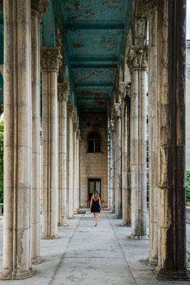 Among the giants (Hotel Medea)