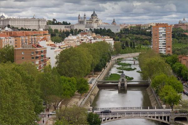 Rio Manzanares, Palacio Real et cathédrale Santa Maria La Real de La Almudena, Madrid, Espagne