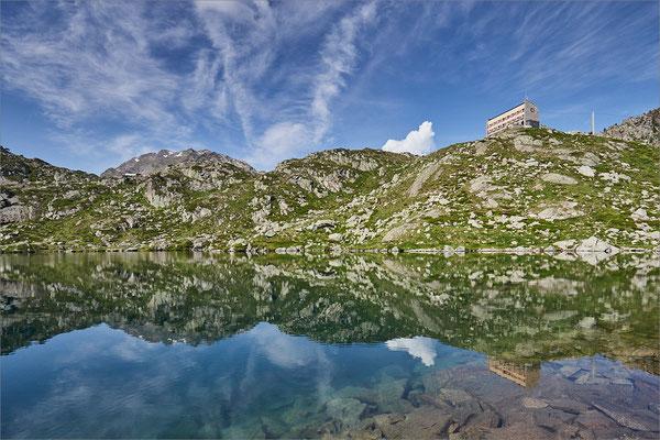 Lac et refuge de la Glère, Hautes-Pyrénées, France
