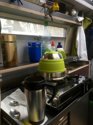 Am frühen Morgen, das Wasser kocht, der Kaffee ist nah.