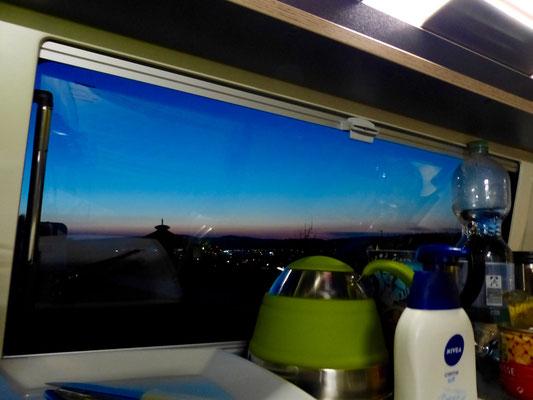 Blick nach draußen von der Küche aus.