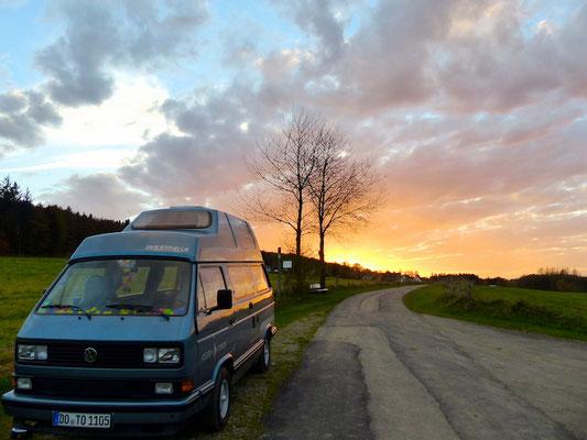 Buslife im Sauerland: Wandern, Entspannen, Relaxen, Leben. Cooler Sonnenuntergang.
