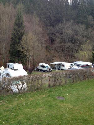 Wir kommen zurück und sehen unten den Campingplatz.