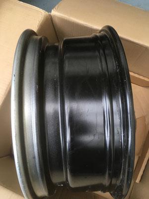 Stahlfelge im Detail. Sie erhält Winterreifen und wird schwarz foliert.