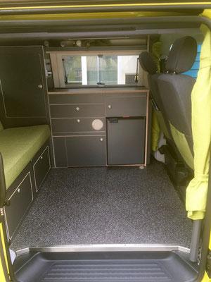 Viel Platz in der Mitte im Camper. Stofffarbe nach eigener Wahl möglich.
