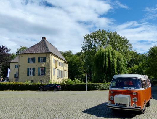 Ein schöner orangener T2 vor dem Schloss.