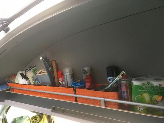 Rechtes Regal für Hammer, Wäscheleine, Pflegemittel, Klo- und Küchenrollen usw.