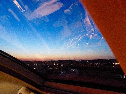 Abendlicher Blick aus dem Polyroof-Panoramafenster.
