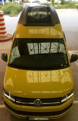 Seltener Blick von oben auf den Bus. Die Zweifarbelackierung (keine Folie) passt gut. Das Schwarzgrau ist matt lackiert.