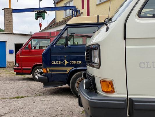 Drei Busse unterwegs.