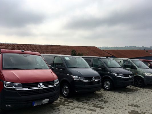 Fahrzeuge kurz vor der Auslieferung an die Kund*innen. Unlackierte Stoßstangen sind scheinbar bevorzugt.