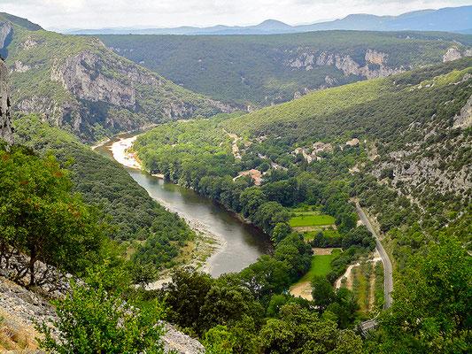 Ardèche-Schlucht von weit oben.