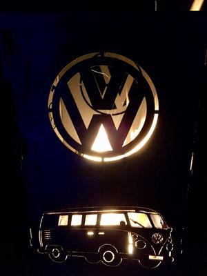 Wärmende VW Tonne am Abend.