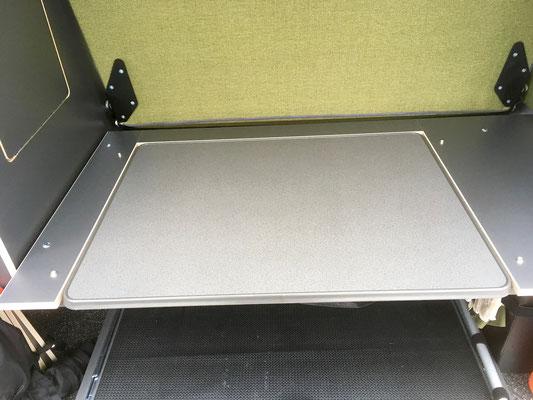 Außentisch in der entsprechenden Mulde.