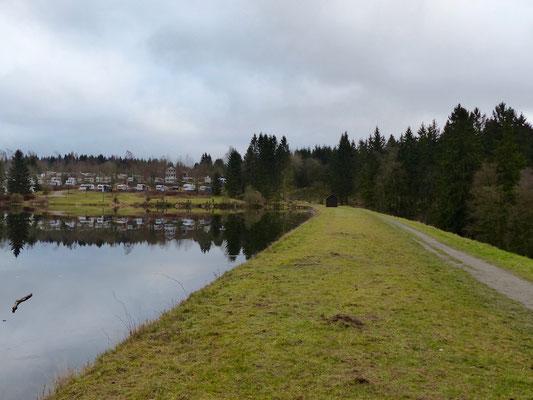 Teich mit Campingplatz.
