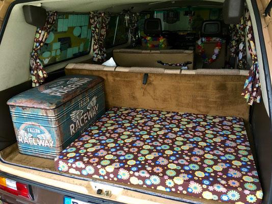 Dem Bus und mir spendierte ich noch eine neue Matratze, die ebenfalls mit dem Stoff bezogen wurde. Die stylische Kiste rundet das ab.