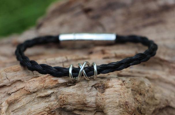 Pferdehaararmband aus Schweifhaar,   4-fach rund geflochten mit Edelstahlverschluss und handgearbeiteter Spirale aus 925/er Silber, €75,-