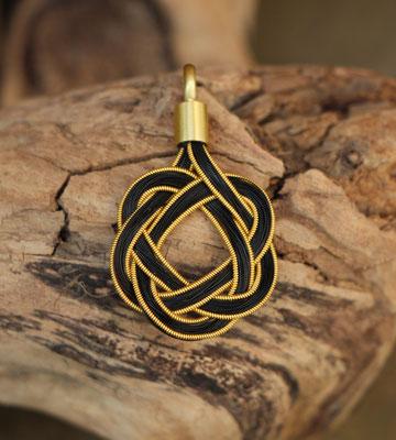 Pferdehaaranhänger aus Schweifhaar, 585/er goldfilled Draht, handgefertigte Aufhängung aus 750/er Gelbgold. € 190,-