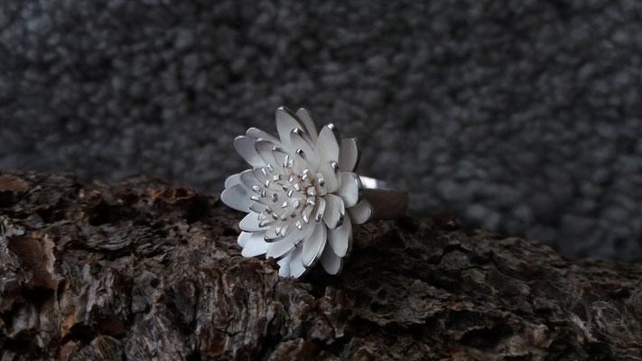 Ring mit Seerosenblüte, 925/-er Silber, €245,-
