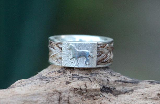Pferdehaarring, 925/er Silber, Schweifhaar 7fach geflochten, Steg verziert mit Pferd; Handarbeit. 195,-