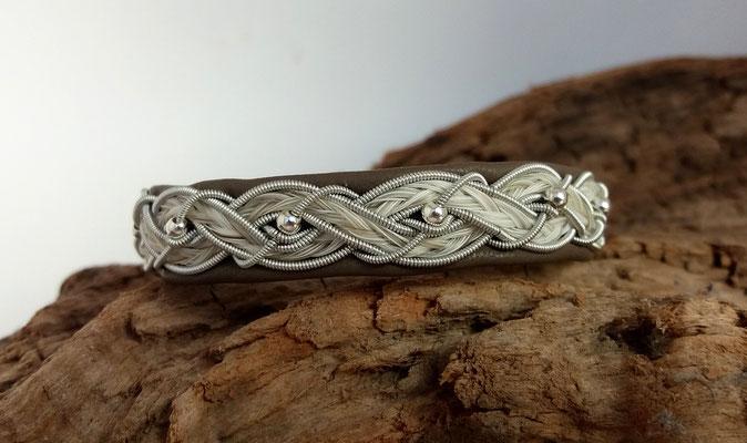 Pferdehaararmband aus Rentierleder, Zinndraht, Schweifhaar, Silberperlen, 008-B25-H-P-X, €75,-