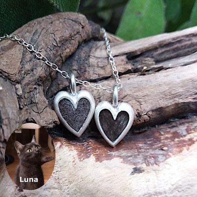 kleines Herz, 925/er Silber, Haare eingelegt, einmal mit Gießharz verschlossen, einmal eingefilzt. je € 100,-