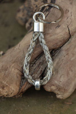 Schlüsselanhänger aus Schweifhaar, 925/er Silber, Zinnsilberdraht; Handarbeit. 110,-