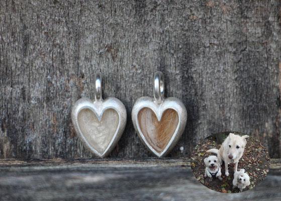 kleines Herz, 925/er Silber, Haare eingelegt, mit Gießharz verschlossen, je € 100,-