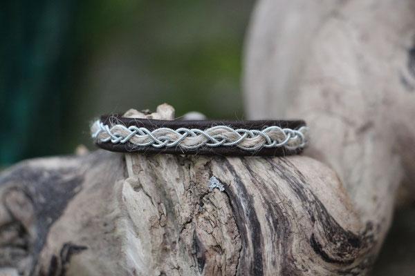 Armband, Rentierleder mit Hundehaar und Zinndraht mit 4% Silberanteil, Rentierhornknopf,  € 63,-