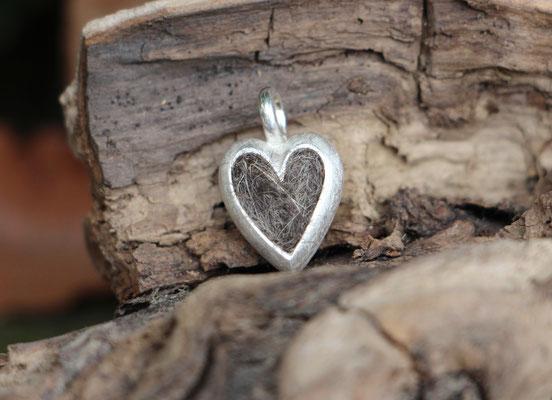 kleines Herz, 925/er Silber, mit eingefilzter Unterwolle,  LxB = ca. 21x13mm, €85,-