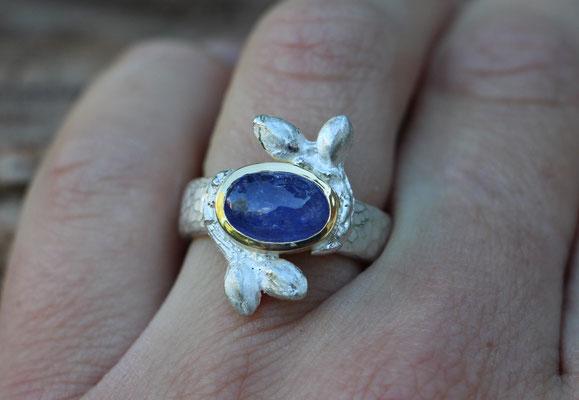 Ring mit Knospen und Tansanit Cabochon, 925#/er Silber, 750/er Gelbgold, €435,-