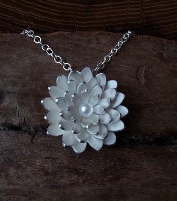 Anhänger Nymphaea Blüte, 925/- Silber, Süßwasserzuchtperle, handgeschmiedet, €195,-