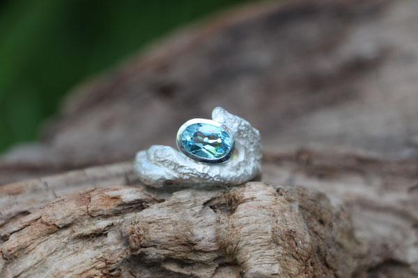 organischer Ring mit Topas, 925/er Silber, 210,-